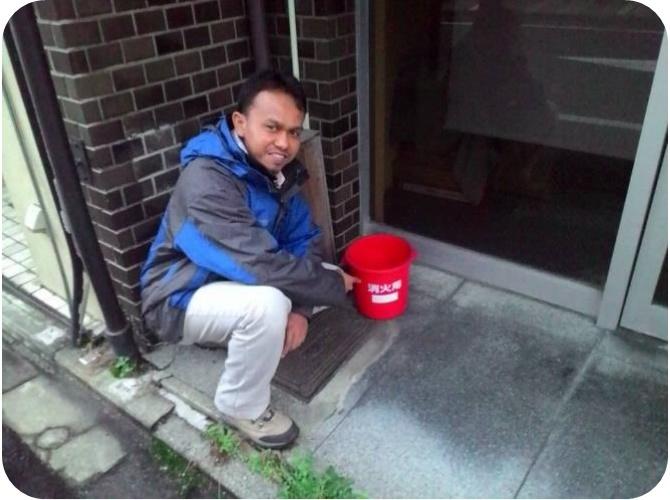 Penulis ketika berkunjung ke Kyoto menemukan di depan rumah masyarakat Kyoto terdapat ember berisi air untuk memadamkan api