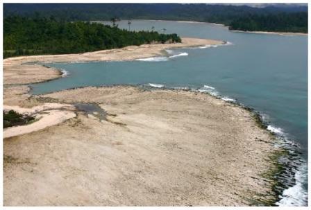 Permukaan tanah yang naik di kepulauan Simeulu setelah gempa 2004 (sumber: Kerry Sieh)