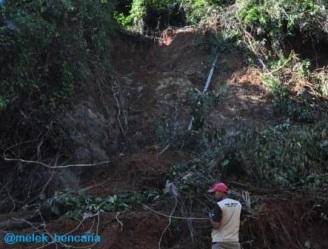 Penulis sedang mengamati tanah longsor yang memperlihatkan batuan dasar yang menjadi bidang gelincir